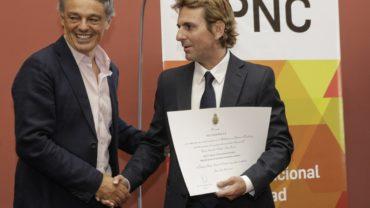 3-pnc-2016-min-cabrera-entregando-diploma-a-santiago-ader